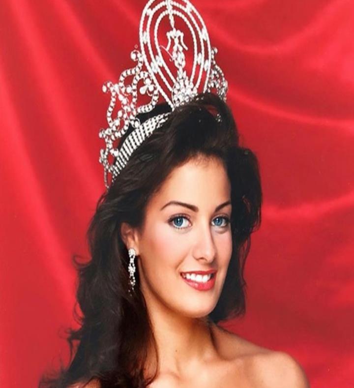 Dayanara Torres celebra los 27 años de su coronación IFxMxw