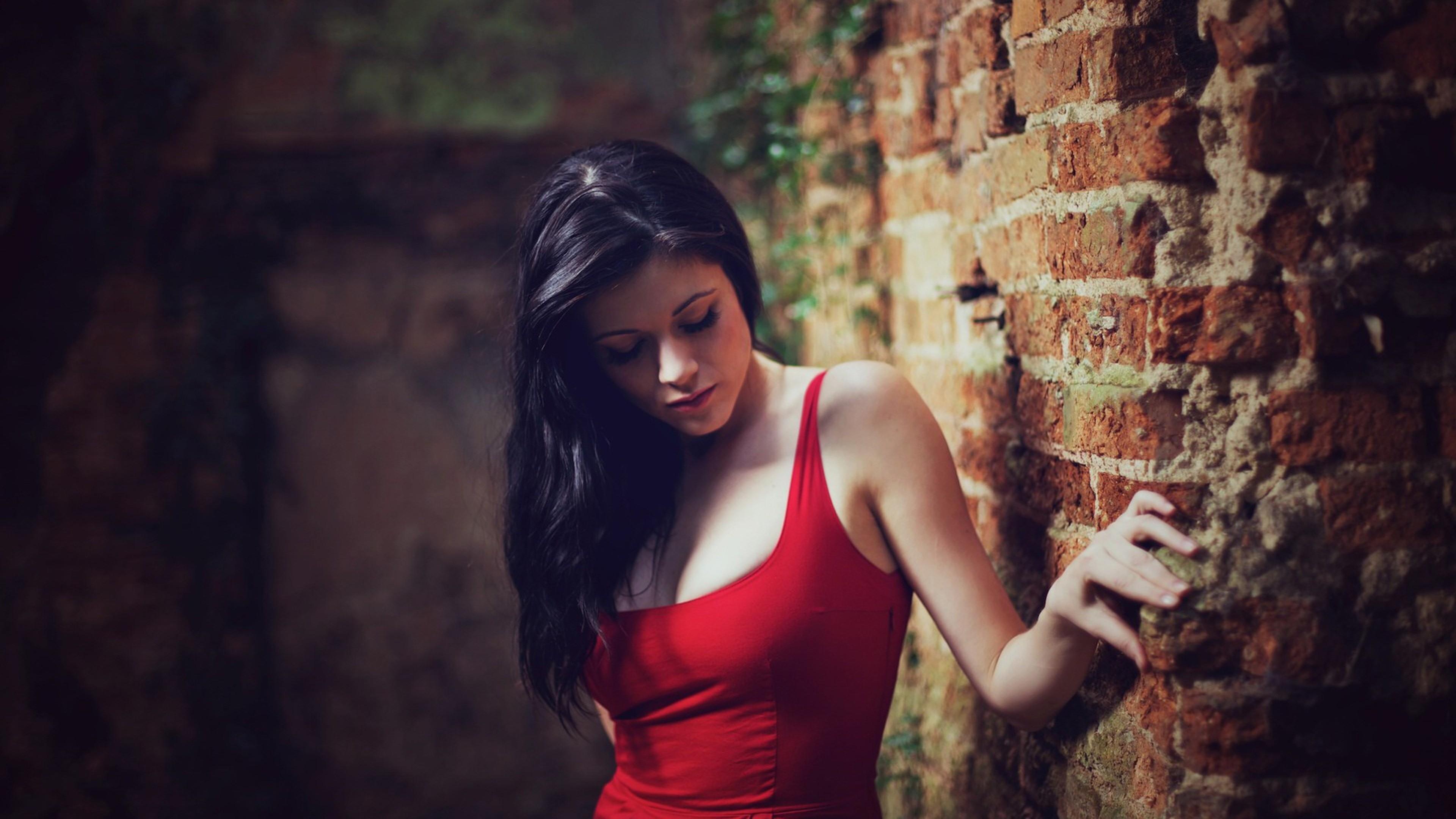девушка стена кирпичи бесплатно